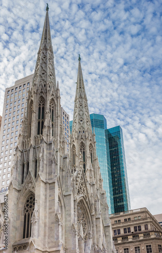 Foto Murales St. Patricks Cathedral and skyscrapers in New York City, USA