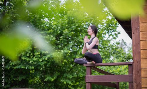 Fototapeta Młoda kobieta robi joga w parku
