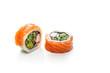Maki, sushi z łososiem paluszkiem krabowym, ogórkiem i awokado.  Rolka sushi na białym tle.
