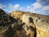 Altes poröses Felsgestein an den Felsen den Schwarzmeerküste mit blauem Himmel und weißen Wolken im Sommer in Kefken in der Türkei