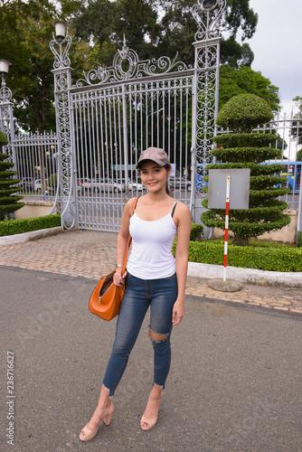 Pełna długość strzelająca młoda piękna Azjatycka turystyczna kobiety pozycja