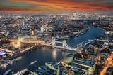 Panorama der Skyline von London bei Sonnenuntergang: von der Tower Bridge bis nach Canary Wharf