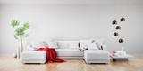 Sofa mit roter Decke in hellem Raum 2
