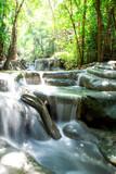 chute d'eau et cascade dans le parc Erawan dans la région de Kanchanaburi en Thailande