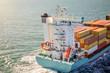 porte conteneurs en pleine mer