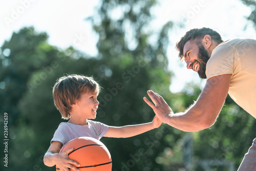 Fototapeten Basketball Happy boy and dad close-up