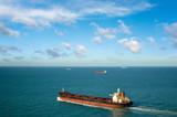 vue aérienne d'un navire commerciel à pleine vitesse