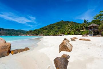 Tropischer Traumstrand in Malaysia mit Kokosnusspalmen, türkisem Wasser und feinem Sand