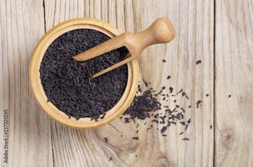 Sucha czarna herbata w misce z łyżeczką