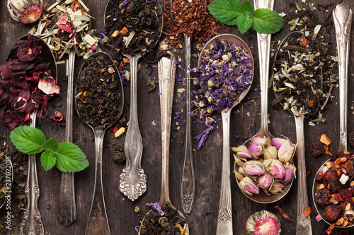 Various tea in spoons. Black, green and red tea - 237022015