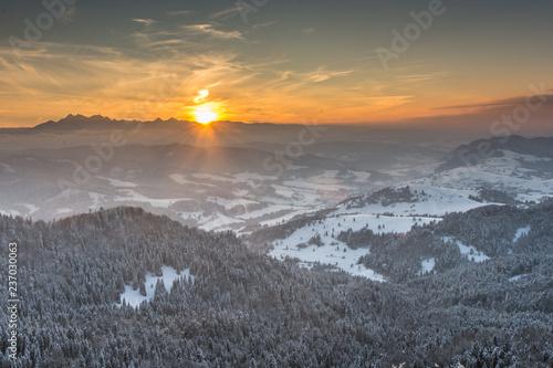 Zachód słońca nad Tatrami widziany z Wysokiej w Pieninach.