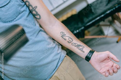 Dopasuj młodego faceta o nowym tatuażu na wewnętrznej stronie jego dolnej ręki