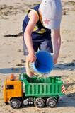 Un petit garçon qui joue sur une plage en Bretagne avec son grand père