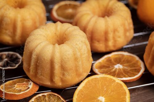 Mały pomarańczowy bundt zasycha z świeżymi i suchymi pomarańczami na chłodniczym ruck, zamyka up