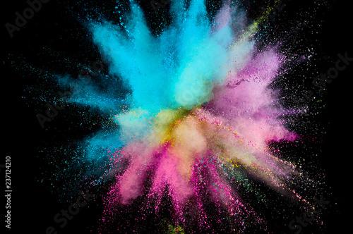 Eksplozja kolorowego proszku. Abstrakcjonistyczny zbliżenie pył na tle. Kolorowe wybuchają. Pomaluj holi