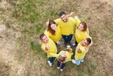 Sieger Team mit Daumen nach oben - 237131093