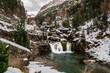 Cascada escalonada en un valle nevado - 237142446