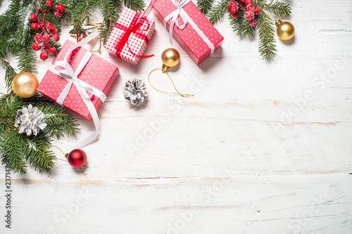 Rewolucjonistka, złoto teraźniejszości pudełko i dekoracje na białym drewnianym backgro
