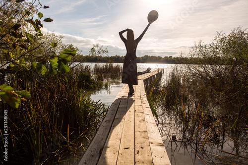 Piękna dziewczyna pozuje na doku przy słonecznym dniem
