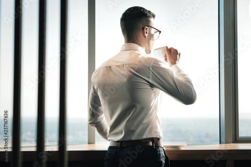 Młoda stylowa ekonomista pozycja i patrzeć w okno