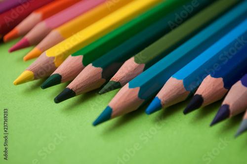 zbliżenie kolorowania ołówków na zielonym tle