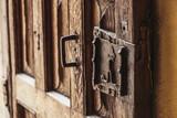Fermeture métal sur une porte ancienne en bois - 237190075