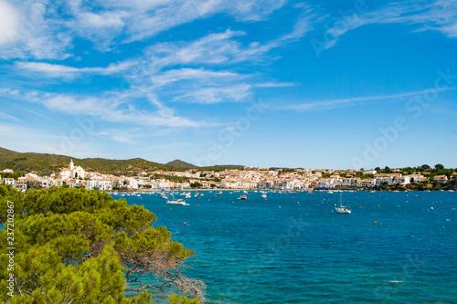 Morze krajobraz z Cadaques, Katalonia, Hiszpania w pobliżu Barcelony. Malownicze stare miasto z ładną plażą i jasną błękitną wodą w zatoce. Sławny turystyczny miejsce przeznaczenia w Costa Brava z Salvador Dali punktem zwrotnym