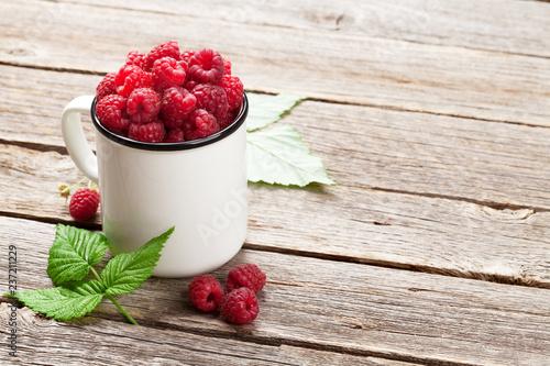 Leinwanddruck Bild Cup of ripe raspberries