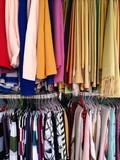 Modische Schals und Tücher in Beige und in bunten Farben auf dem Basar in Adapazari in der Provinz Sakarya in der Türkei