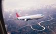 Concepto de viaje en avión y destino. Avión comercial volando sobre el paisaje del atardecer. Aerolíneas y agencias de viaje