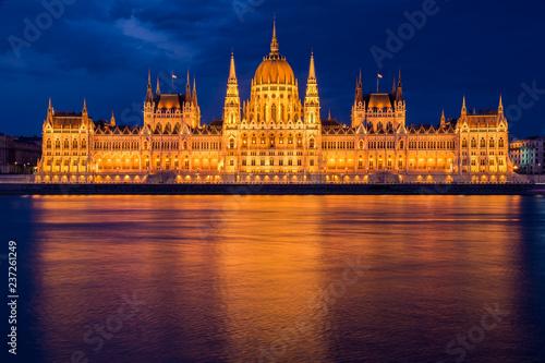 fototapeta na ścianę Parlamento de Budapest en la hora azul iluminado con el reflejo en el Danubio.