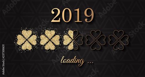 2019 ładowanie sylwestrowej karty noworocznej ze złotą koniczyną brokatową
