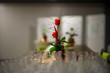 Rosenstrauss und mehrere Reihen vieler leerer Trinkgläser, Weingläser auf dem Tisch am Buffet im Restaurant