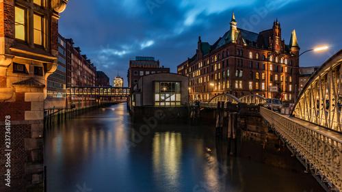 Leinwanddruck Bild Abends in der Speicherstadt in Hamburg