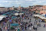 Viele Menschen auf Gauklerplatz, Djemaa el Fna, UNESCO Weltkulturerbe, im Abendlicht, Marrakesch, Marokko, Afrika