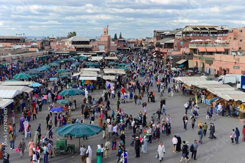 Viele Menschen auf Gauklerplatz, Djemaa el Fna, UNESCO Weltkulturerbe, im Abendlicht, Marrakesch, Marokko, Afrika - 237405487
