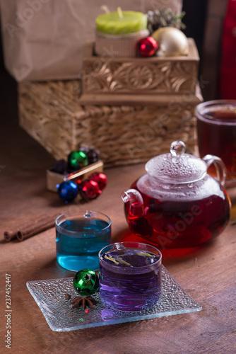 Herbata o różnych kolorach w naczyniach szklanych. Wystrój noworoczny i świąteczny.