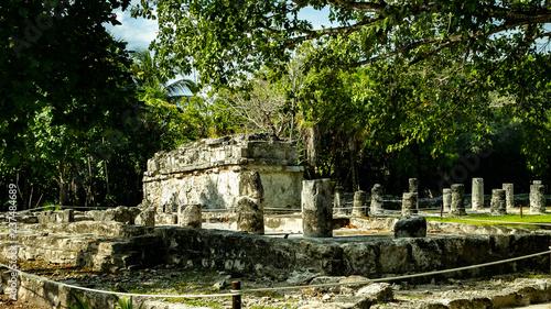 Starożytne miasto El Meca. Miasto znajduje się w pobliżu Cancun. Oczywiście, miasto jest mocno zawalone, ale terytorium pałacu i piramidy pozostały nietknięte przez czas.