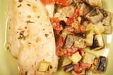 филе грудки куриной готовят с овощами на кухне  - 237509411