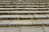 Grand escalier de vieilles pierres taillées
