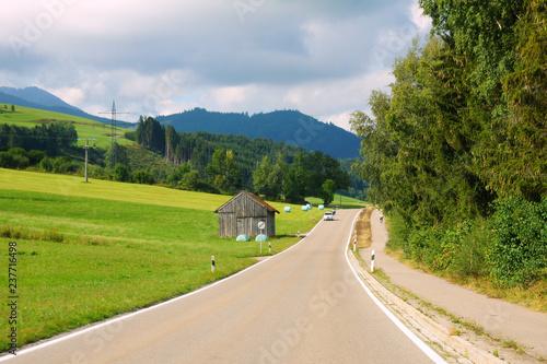 schmale Landstrasse im Sommer im Ostallgäu