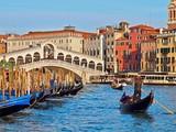 Rialto Brücke in Venedig mit einer Gondel