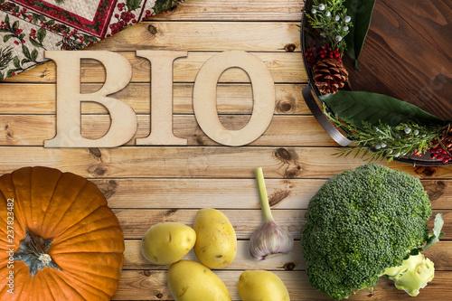 Leinwandbild Motiv Wort BIO und verschiedene Gemüse auf Holzhintergrund