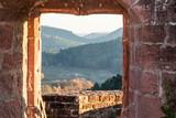Blich auf die Umgebung durch Fenster auf Burgruine Altdahn