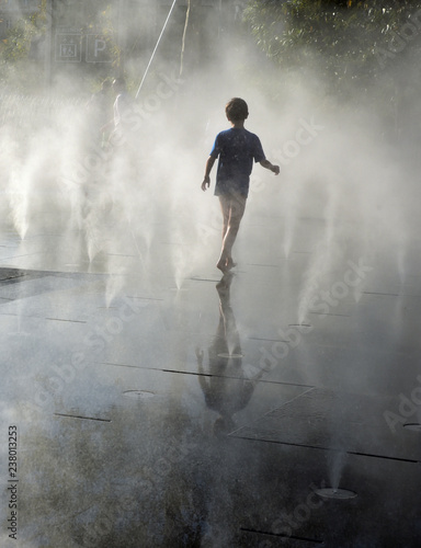 Dziecko przy fontanną w lecie