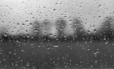 regentropfen auf Scheibe - Schlechtes nasses Wetter - 238023086