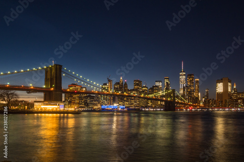 Foto Murales Manhatan and Brooklyn Bridge at Night. New York City, United States of America