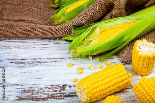 Leinwanddruck Bild Ripe corn on a wooden table