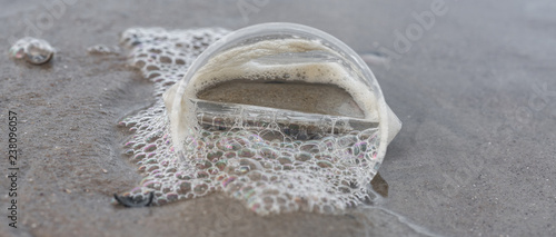 Plastikbecher am Strand - 238096057