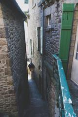 Coin de rue ancien au Mont Saint Michel © HIEUVO